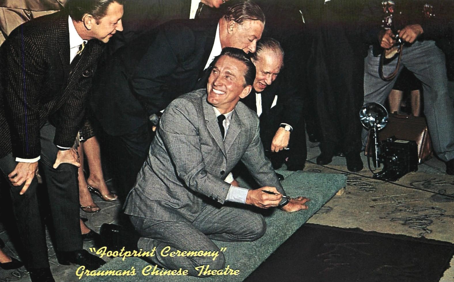 Kirk_Douglas_ceremony_Graumans_Chinese_Theatre_1962.jpg